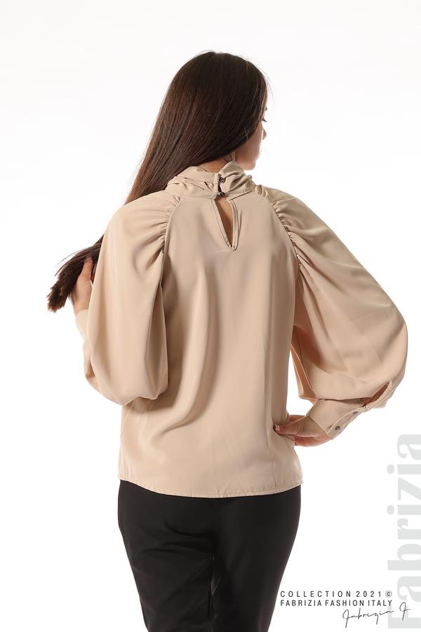 Елегантна блуза с висока яка и широки ръкави бежов 6 fabrizia
