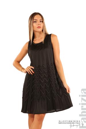 Плисирана рокля със зигзагообразни елементи