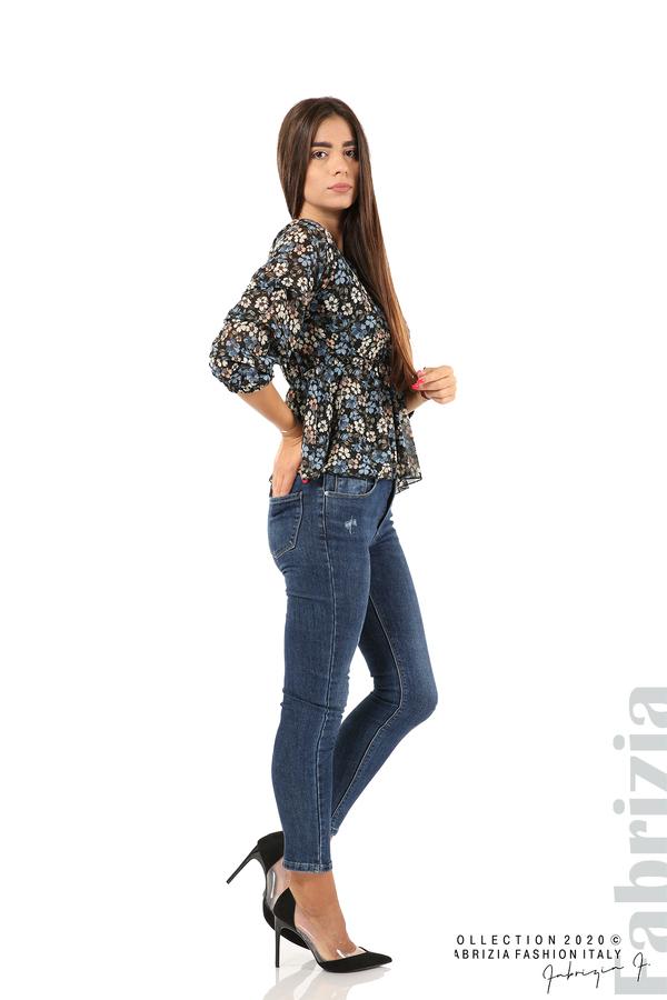 Блуза с остро деколте и цветя-черен/син-5