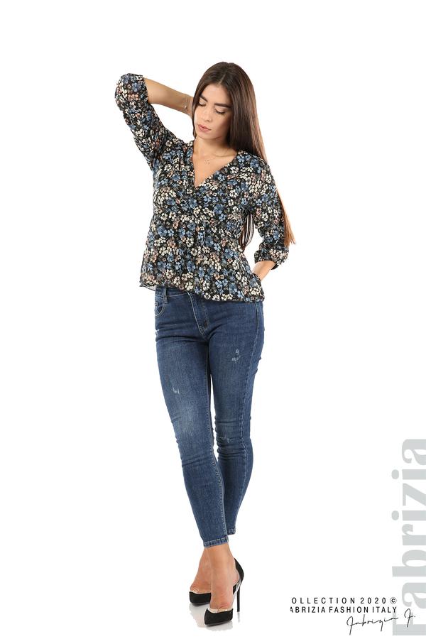 Блуза с остро деколте и цветя-черен/син-3