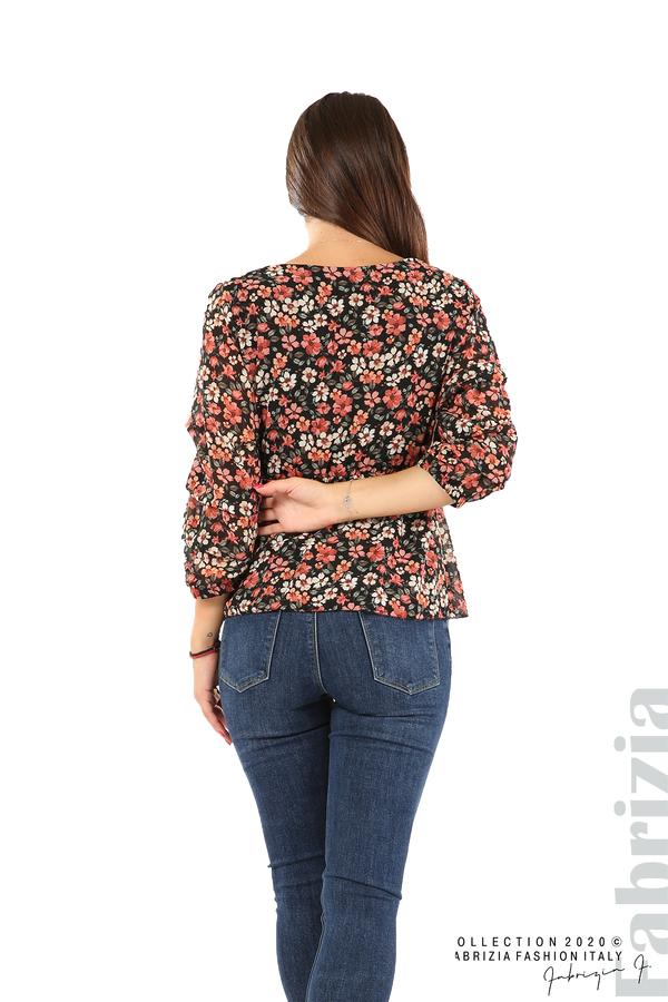 Блуза с остро деколте и цветя-черен/корал-7