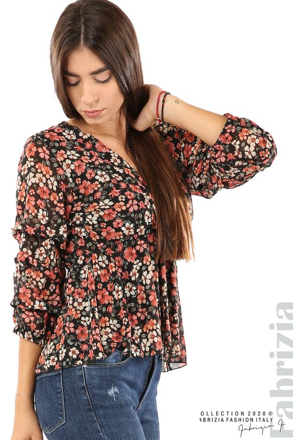 Блуза с остро деколте и цветя-черен/корал-2