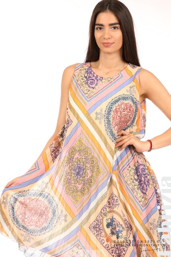 Многоцветна фигурална рокля солей бежов/розов 2 fabrizia
