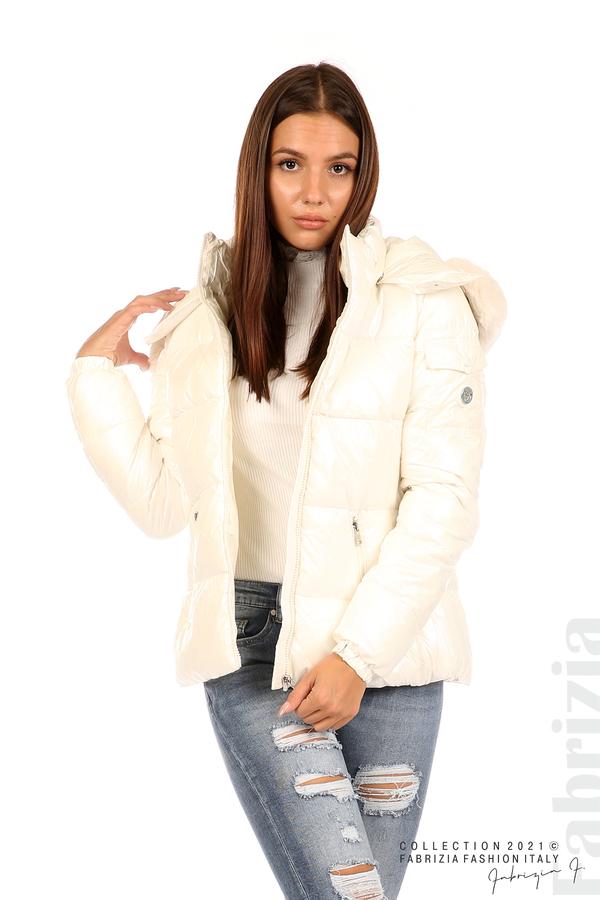 Лъскаво яке с мобилна качулка с кожена яка екрю 1 fabrizia